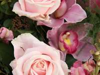 Bukiet ślubny z róż i orchidei