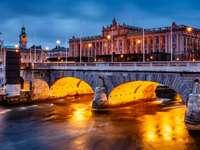 Budynek Riksdagu i Most Północny w Sztokholmie (Szwecja)