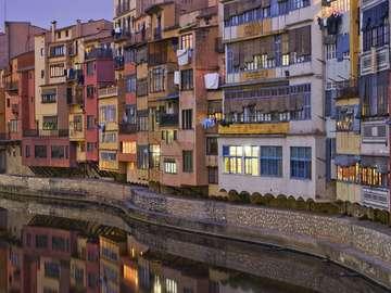 Budynki nad rzeką Onyar w Gironie (Hiszpania)