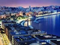 Nocna panorama Neapolu (Włochy)