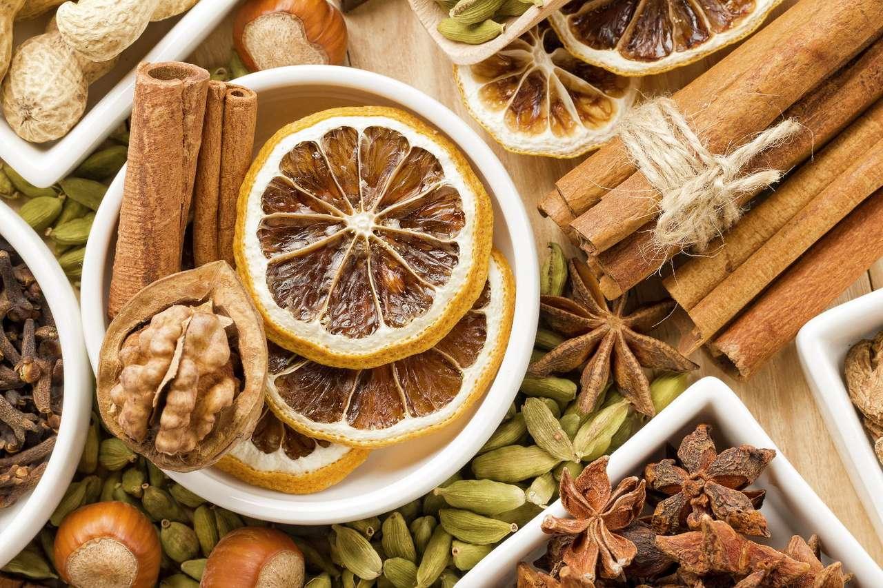 Kompozycja z przypraw korzennych i orzechów - Przyprawy korzenne mają nie tylko niesamowity aromat i wiele właściwości zdrowotnych, ale wykazują także bogactwo kształtów. Nie każdy wie, że popularne laseczki cynamonu to kora drzewa cyna (18×12)