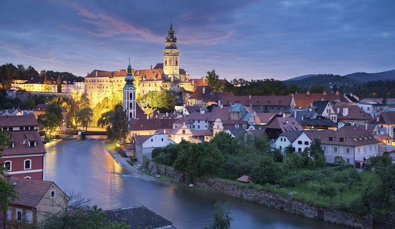 Wieczorna panorama Czeskiego Krumlova z zamkiem w tle (Czechy)