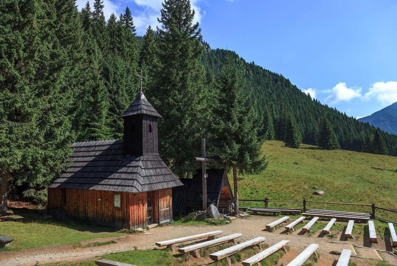 Drewniana kapliczka w Dolinie Chochołowskiej - Dolina Chochołowska znajduje się w polskiej części Tatr, pasma górskiego w łańcuchu Karpat. Jednym z najpiękniejszych miejsc tej części Polski jest zapierająca dech w piersiach Polana Choch (8×6)