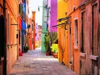Kolorowa uliczka w Burano (Włochy)