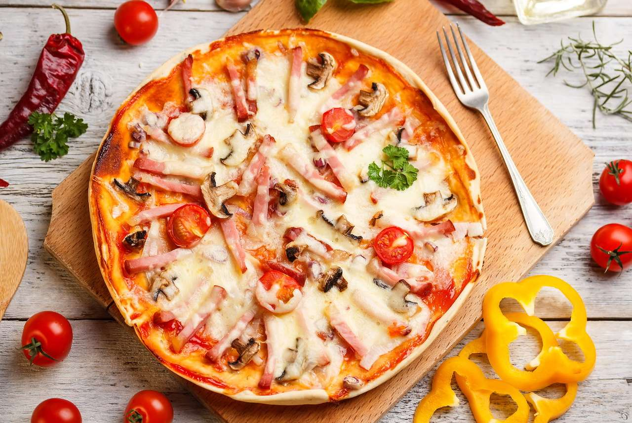 Pizza z szynką - Pizza pochodzi z Włoch, jednak to Amerykanie uczynili z niej znane na całym świecie danie. Można ją zamówić zarówno w dobrej restauracji, jak i barze typu Fast food, kupić w supermarkecie w p (16×10)