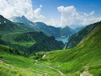 Górski pejzaż z jeziorem Lago di Luzzone (Szwajcaria)