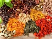 Różnobarwne zioła i przyprawy na drewnianym stole