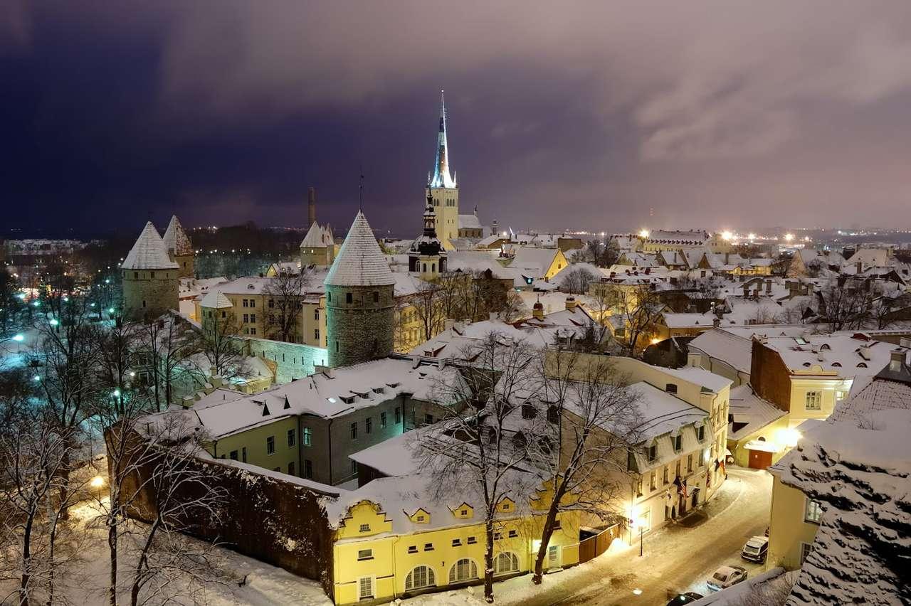 Zimowe stare Miasto w Tallinie (Estonia) - Tallin to miasto portowe położone nad Morzem Bałtyckim i stolica Estonii. Ze względu na dostęp do morza, handlowe tradycje osady sięgają X wieku. W mieście nie brakuje zabytków architektury s (8×6)