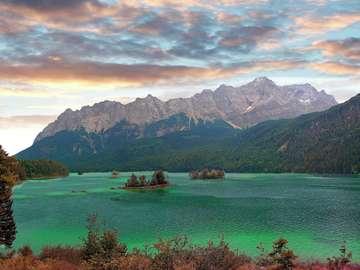 Jezioro Eibsee i masyw Zugspitze w Alpach (Niemcy)