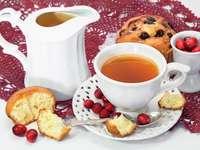 Filiżanka herbaty i babeczka z żurawiną