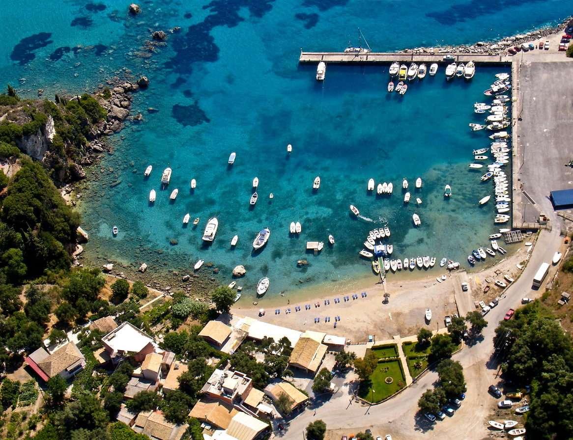 Widok z lotu ptaka na port Paleokastritsa (Grecja) - Paleokastritsa to miasto położone na północnym zachodzie greckiej wyspy Korfu. Przez wielu uważane jest za najpiękniejsze miejsce na wyspie. Słynie z zapierających dech w piersi widoków kamie (11×8)