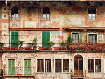 Zabytkowe budynki przy Piazza delle Erbe (Włochy)