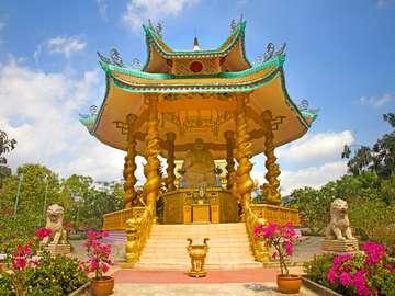 Złoty posąg siedzącego Buddy (Wietnam)