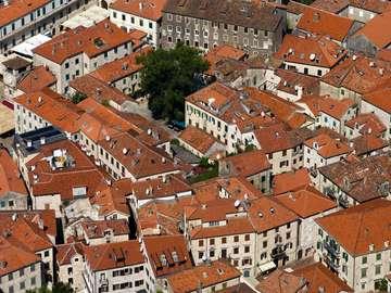 Dachy domów w Kotorze (Czarnogóra)