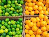 Limonki i pomarańcze w koszach na straganie