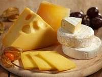 Deska z różnymi rodzajami serów