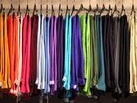 Wieszaki z kolorowymi spodniami