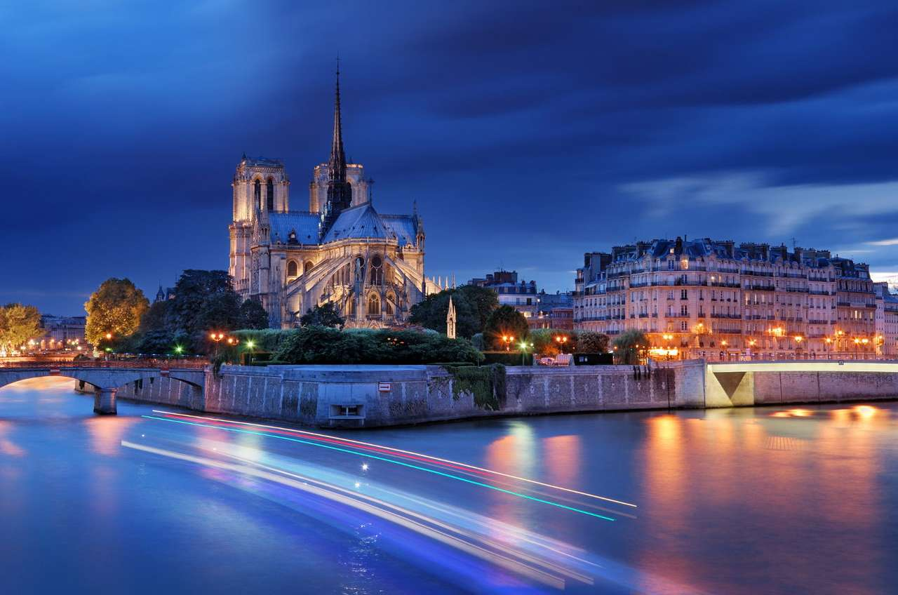 Katedra Notre-Dame nocą (Francja) - Katedra Notre-Dame w Paryżu to – zaraz po Wieży Eiffla – najbardziej rozpoznawalna budowla we Francji i zdecydowanie najchętniej zwiedzana przez turystów. Jest to bowiem jedyne tak ważne miej (9×6)