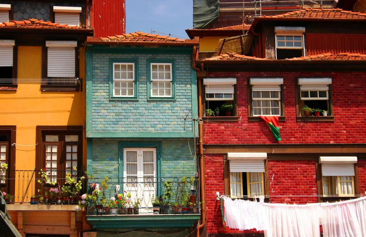 Kolorowe domy w Porto (Portugalia) - Porto leży nad Oceanem Atlantyckim, w północnej części słonecznej Portugalii. Historia tego dużego miasta sięga V wieku, pierwotnie znajdowała się tu celtycka osada. Centrum Porto ulokowane (16×12)