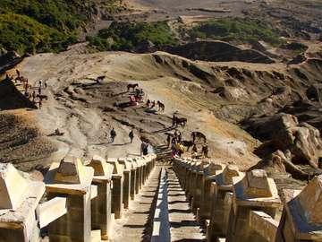 Schody prowadzące na szczyt wulkanu Bromo (Indonezja)