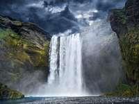 Majestatyczny wodospad Skogafoss (Islandia)