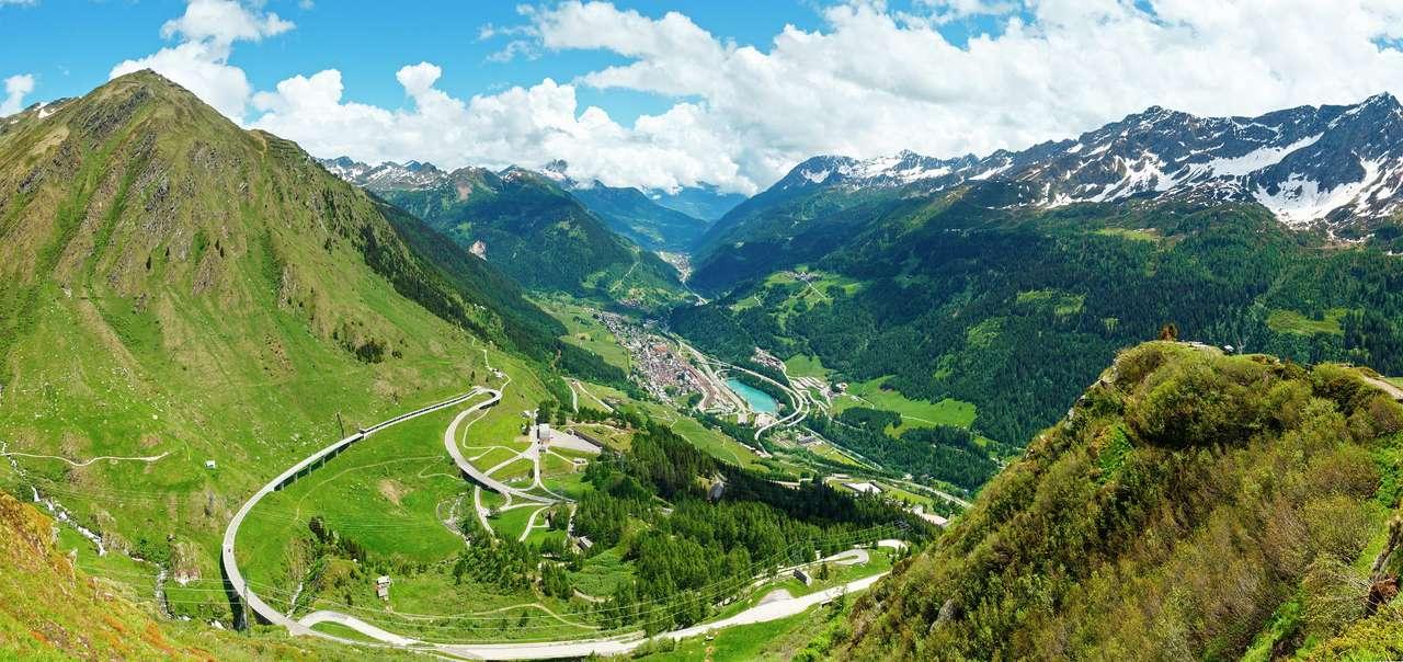 Przełęcz Świętego Gotarda (Szwajcaria) - W szwajcarskich Alpach Lepontyjskich znajduje się Przełęcz Świętego Gotarda, która spina doliny rzek Ticino i Reuss. Przeprawienie się przez nią nie przedstawia większych trudności, bowiem p (14×7)
