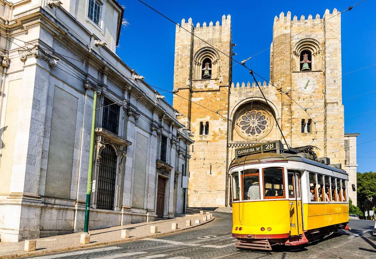 Żółty tramwaj w Lizbonie (Portugalia) - Jedną z najbardziej popularnych lizbońskich atrakcji turystycznych są żółte tramwaje.  Zabytkowe wagoniki od lat przemierzają historyczne dzielnice miasta, oferując pasażerom nie tylko miłą (9×6)