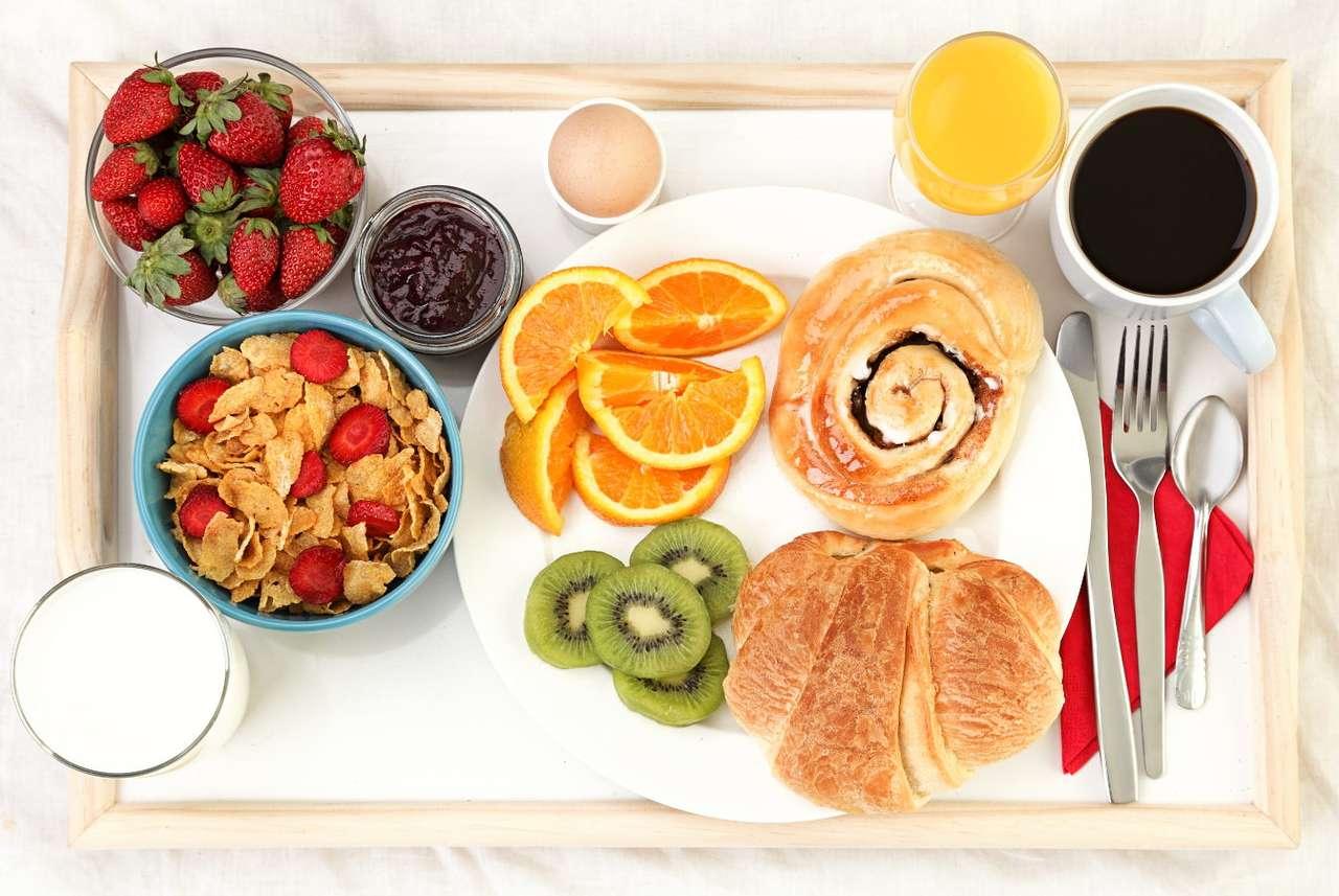 Taca ze śniadaniem podanym do łóżka