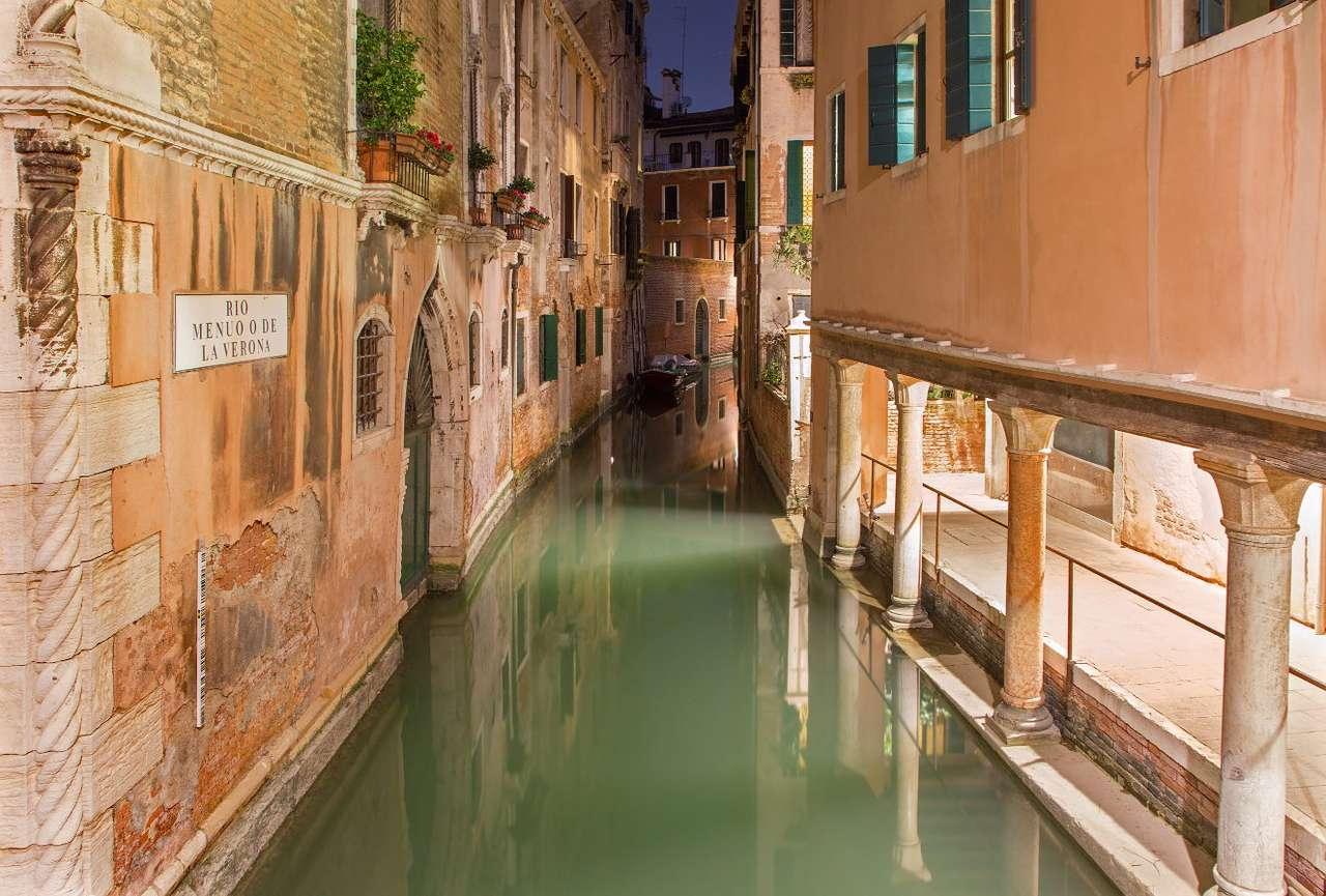 Kanał Rio de la Verona w Wenecji (Włochy) - Wenecja to piękne włoskie miasto  leżące na 118 wyspach, poprzecinanych siecią kanałów. Jednym z nich jest Rio de la Verona zwany inaczej Rio Menùo. Wąskim kanałem pływają gondole i małe (13×8)
