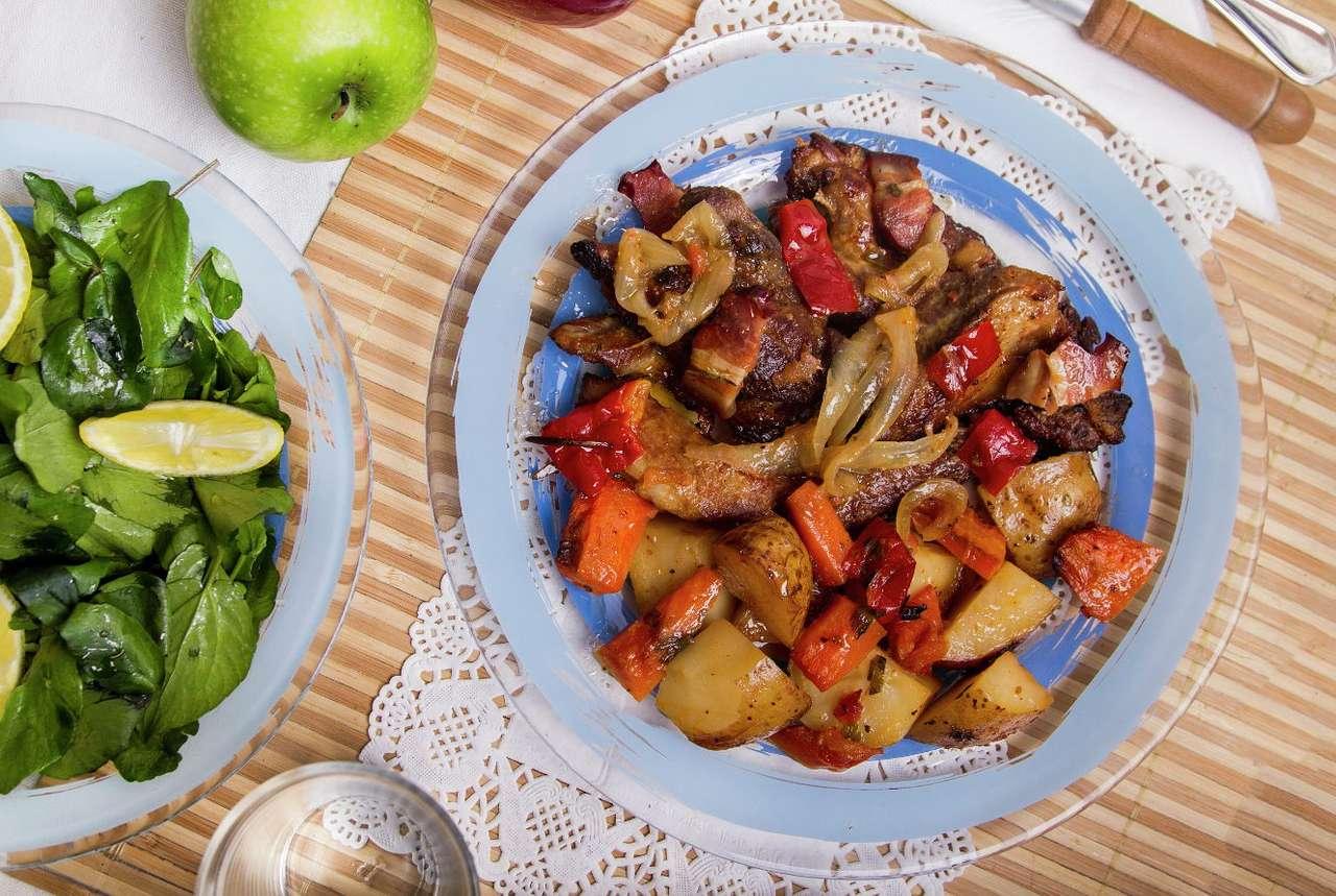 Pożywny gulasz - Jednogarnkowy, warzywno-mięsny posiłek występuje w wielu kuchniach świata i rozmaitych regionalnych odmianach. Potrawka ze smażonego lub pieczonego mięsa i ziemniaków w towarzystwie papryki, ma (16×11)