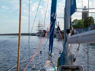 Jacht wypływający z portu w Kołobrzegu