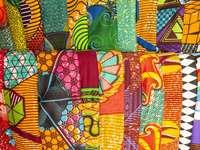 Tradycyjne afrykańskie tkaniny na straganie w Ghanie