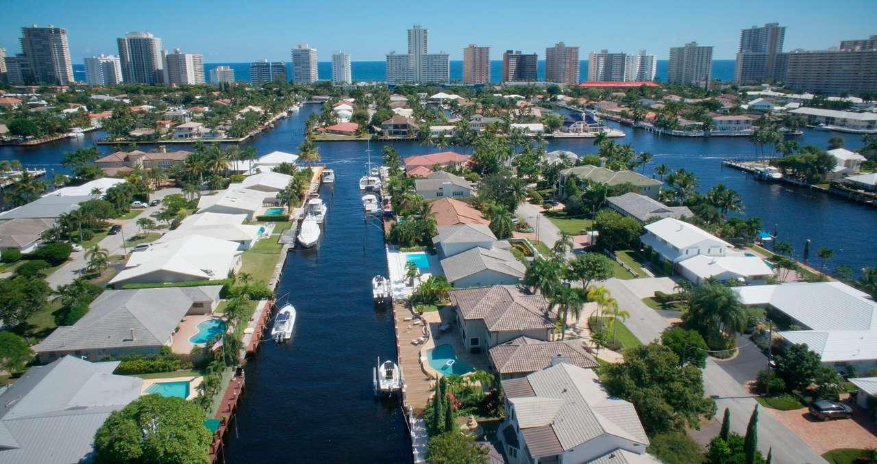 Fort Lauderdale na Florydzie (USA) - Fort Lauderdale to miasto i port nad Oceanem Atlantyckim w amerykańskim stanie Floryda. Uwielbiane przez turystów słoneczne miasto – zlokalizowane między Palm Beach i Miami −  nazywane jest We (12×7)