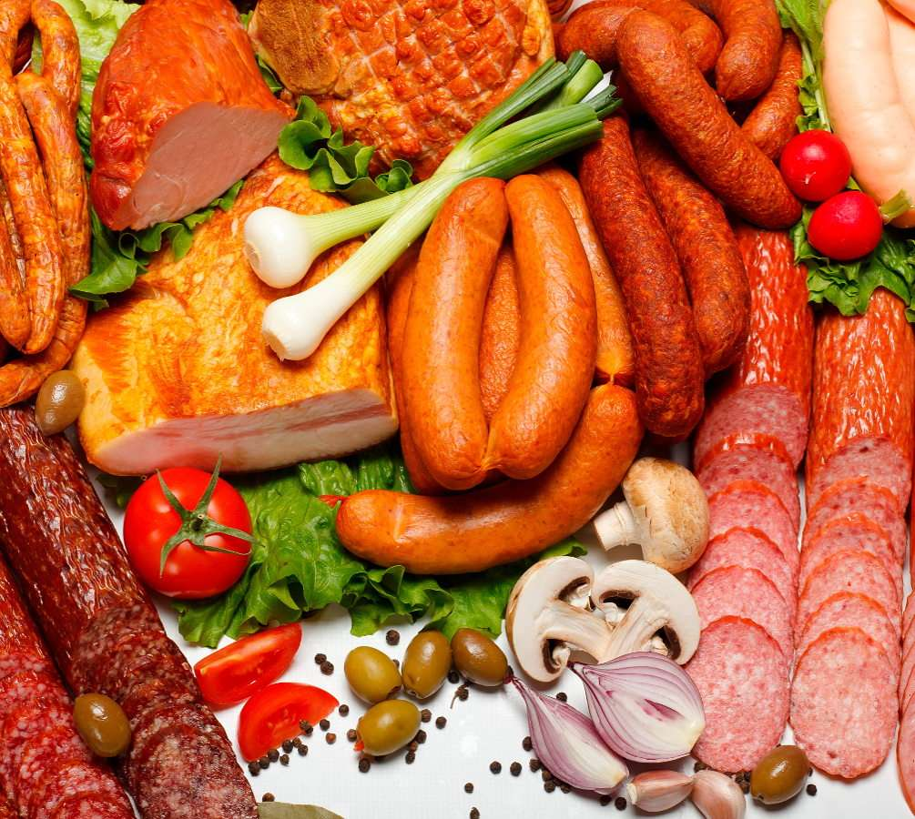 Różne wyroby wędliniarskie - Lekarze i dietetycy zalecają umiar w spożywaniu mięsa, szczególnie wieprzowiny i wołowiny, ale czasem nie sposób się oprzeć aromatycznym wędlinom. Coraz bardziej popularne stają się wyroby (15×12)