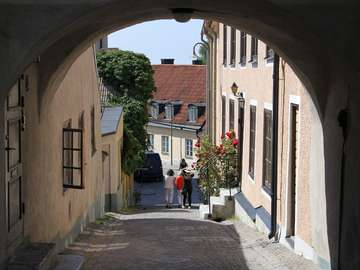 Brukowana uliczka w Visby (Szwecja)