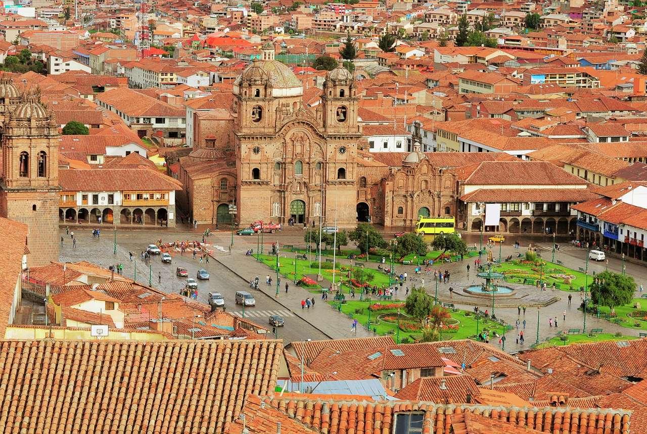 Plac w centrum Cuzco (Peru) - Na południu Peru leży Cuzco, stolica regionu o tej samej nazwie. Miasto znajduje się na wysokości 3326  metrów nad poziomem morza i zostało założone w XII wieku przez władcę Inków. Nazwa Cu (16×11)