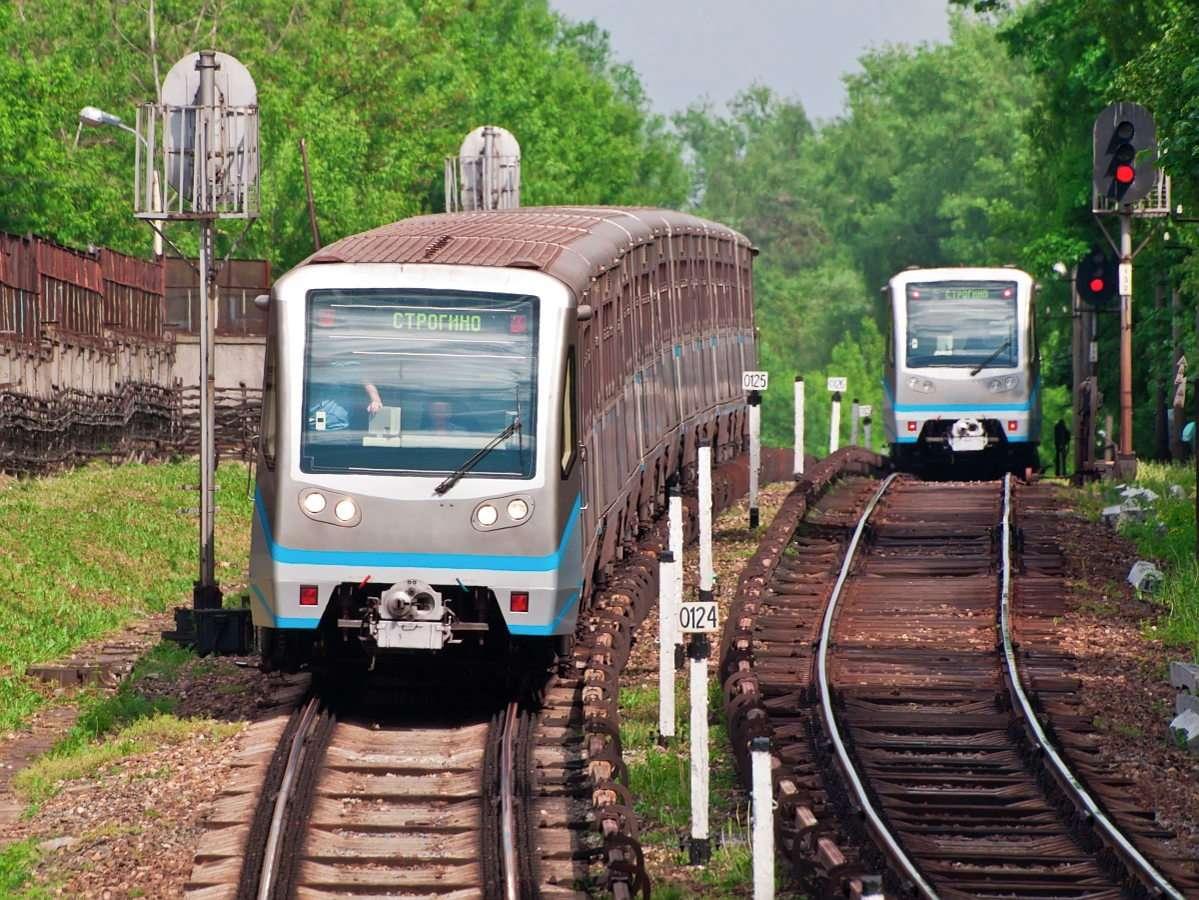 Pociągi lekkiego metra w Moskwie (Rosja) - Moskiewskie metro należy do najstarszych i największych systemów komunikacyjnych tego typu. Metro składa się z 12 linii, na których znajduje się 195 stacji, a łączna długość torów to 325 (11×9)