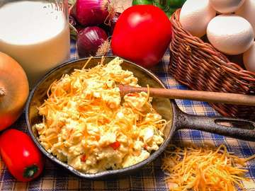Jajecznica z serem i pomidorami