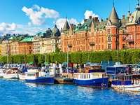 Łodzie na nabrzeżu w Sztokholmie (Szwecja)