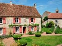 Wiejskie domy w Wy-dit-Joli-Village (Francja)