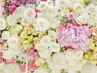 Kompozycja z pastelowych kwiatów