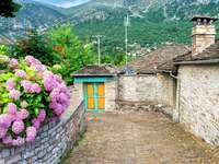 Kamienna uliczka we wsi Papingo (Grecja)