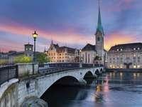 Most w Zurychu z widokiem na Fraumünster (Szwajcaria)
