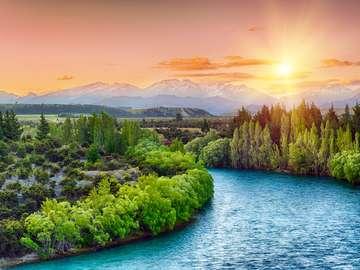 Zachód słońca nad rzeką Clutha u podnóża Alp Południowych (Nowa Zelandia)