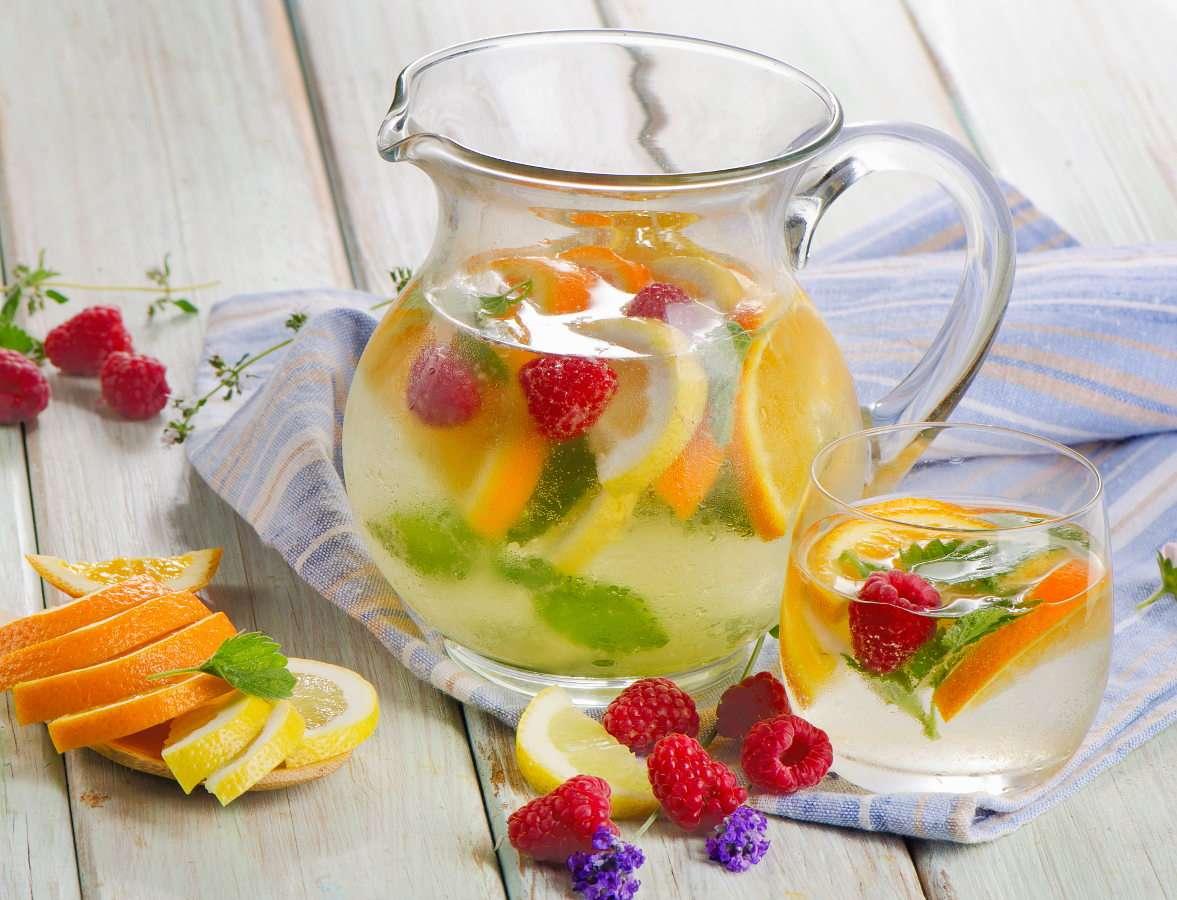 Woda z lodem i owocami puzzle