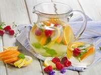 Woda z lodem i owocami