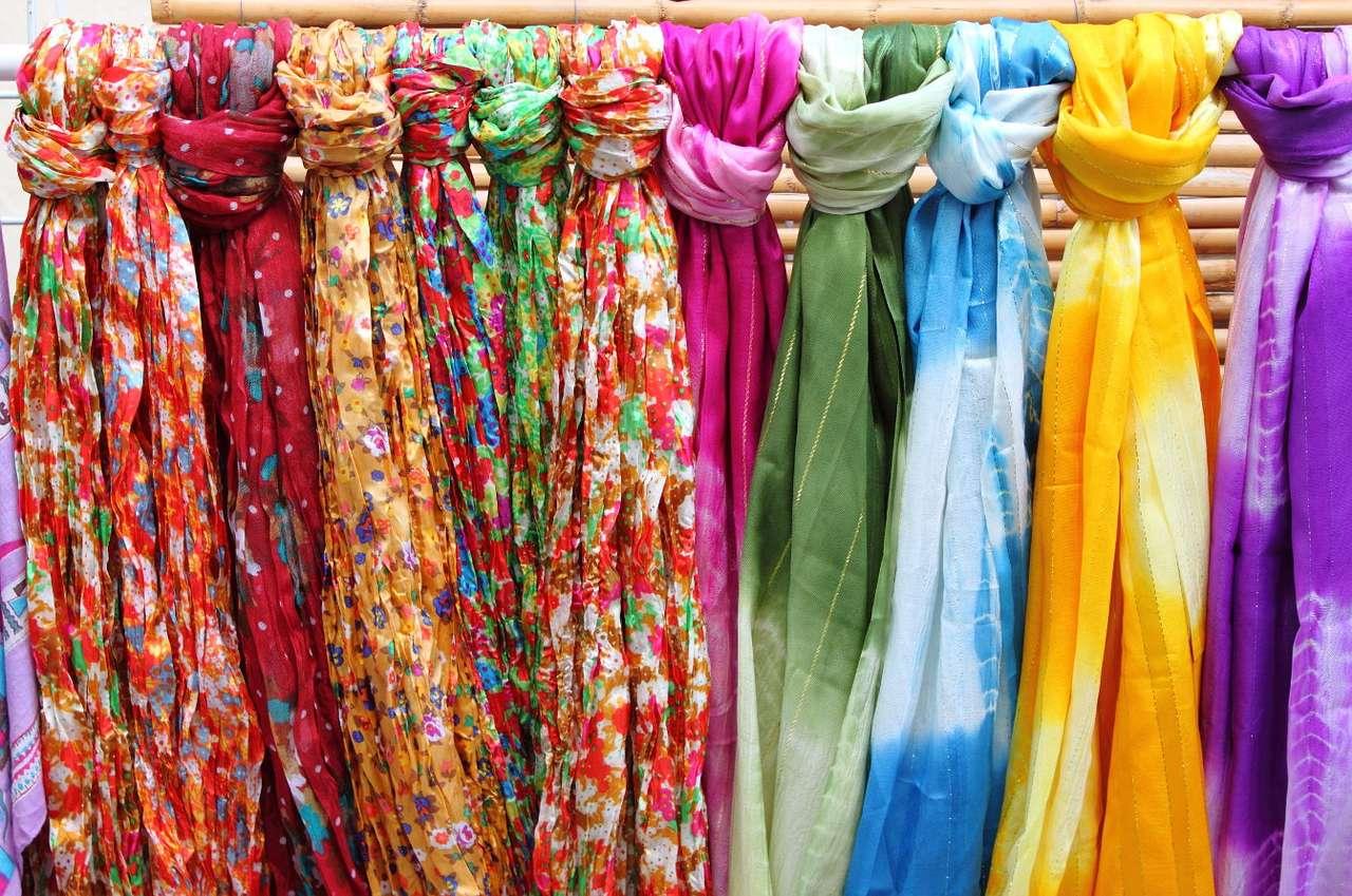 Kolorowe chusty w sklepie