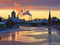 Zachód słońca nad rzeką Moskwą (Rosja)