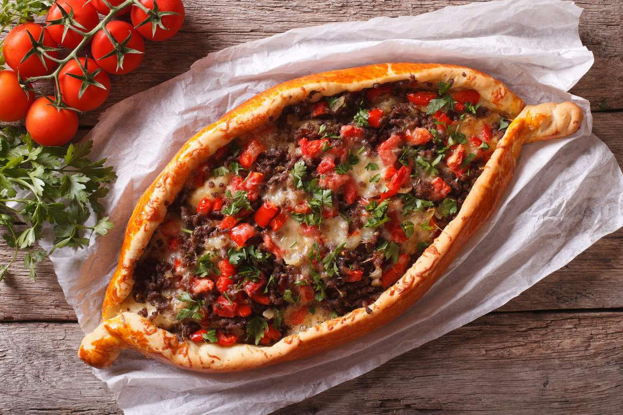 Gruzińskie danie chaczapuri z mięsem i warzywami