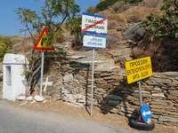 Znaki przy drodze na wyspie Kiea (Grecja)